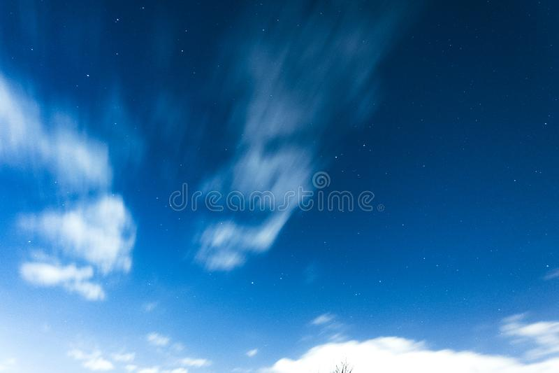 Электрическое голубое ночное небо с яркими звездами стоковые фото