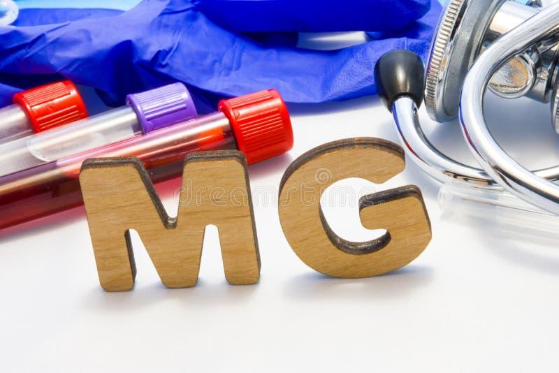Электролит магния середины abbreviature MG с трубками лаборатории с кровью и стетоскопом Используя MG акронима в diag лаборатории стоковая фотография rf
