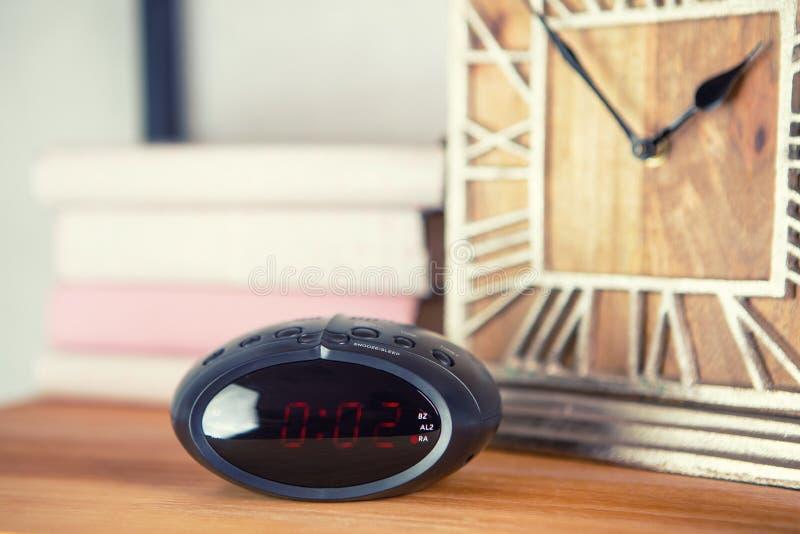 Электронный будильник в винтажном интерьере комнаты стоковая фотография