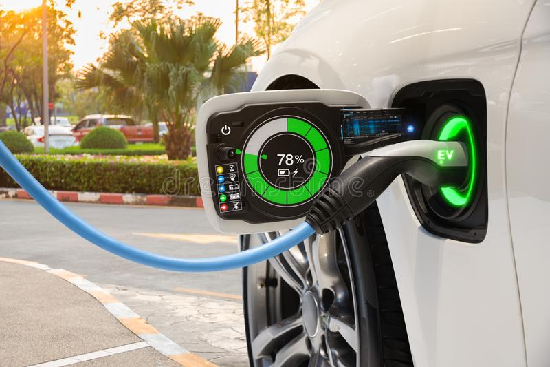 Электротранспорт изменяя на стоянке улицы с графическим интерфейсом пользователя, будущей концепцией автомобиля EV стоковое изображение