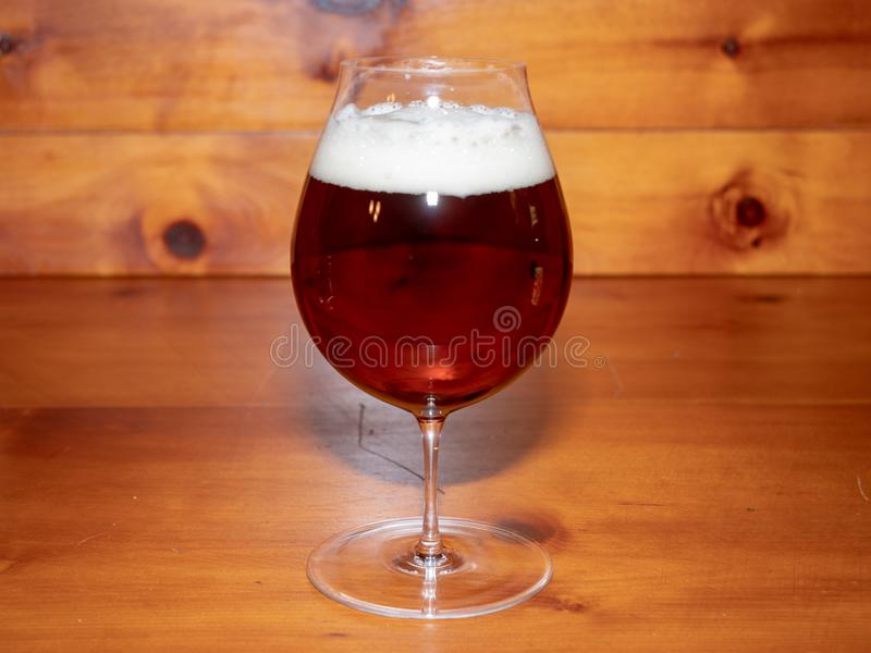 Эль или пиво в стекле тюльпана форменном стоковые изображения rf