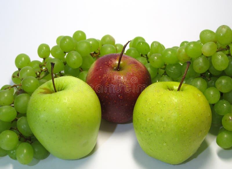 Яблоки и виноградины - красота и преимущество, вкус и здоровье, неиссякаемый источник витаминов стоковое изображение rf
