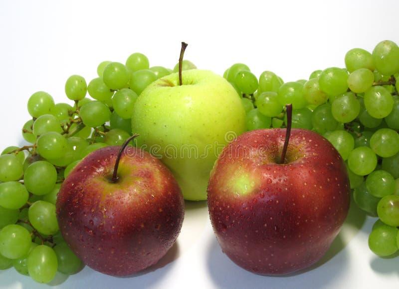 Яблоки и виноградины - красота и преимущество, вкус и здоровье, неиссякаемый источник витаминов стоковые фото