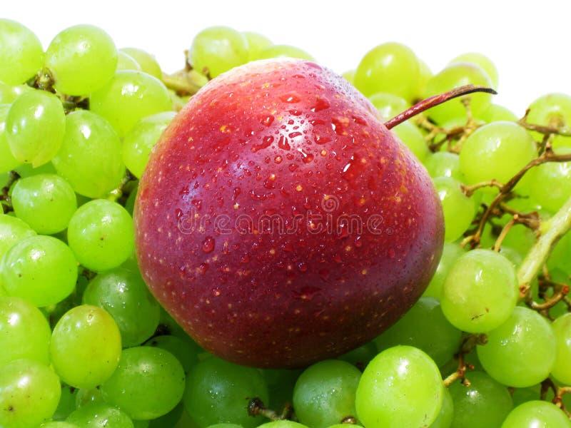 Яблоки и виноградины - красота и преимущество, вкус и здоровье, неиссякаемый источник витаминов стоковые фотографии rf