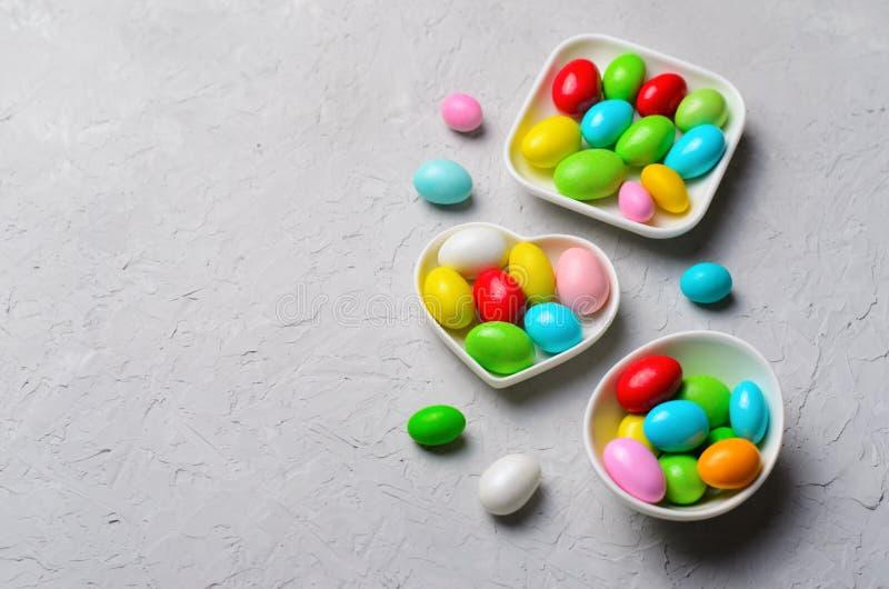 Яйца шоколада на серой предпосылке, сладком обслуживании пасхи стоковое изображение rf
