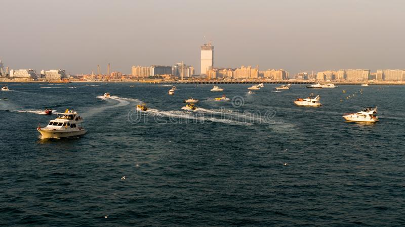 Яхты плавая в море на заходе солнца стоковое изображение
