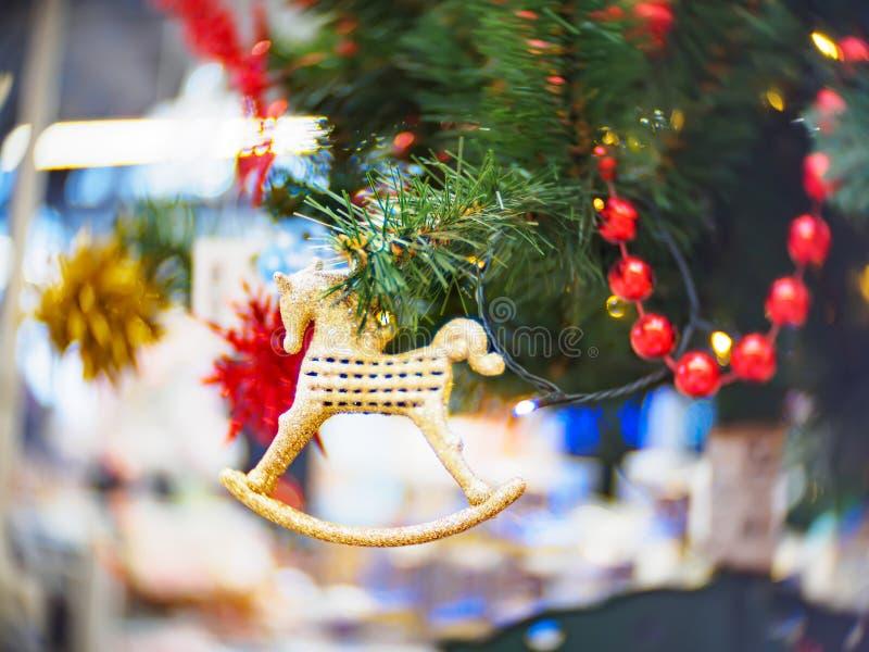 Яркий и красиво украшенный с рождественской елкой игрушек против сияющей загоренной нежности сфокусировал предпосылку стоковые изображения rf