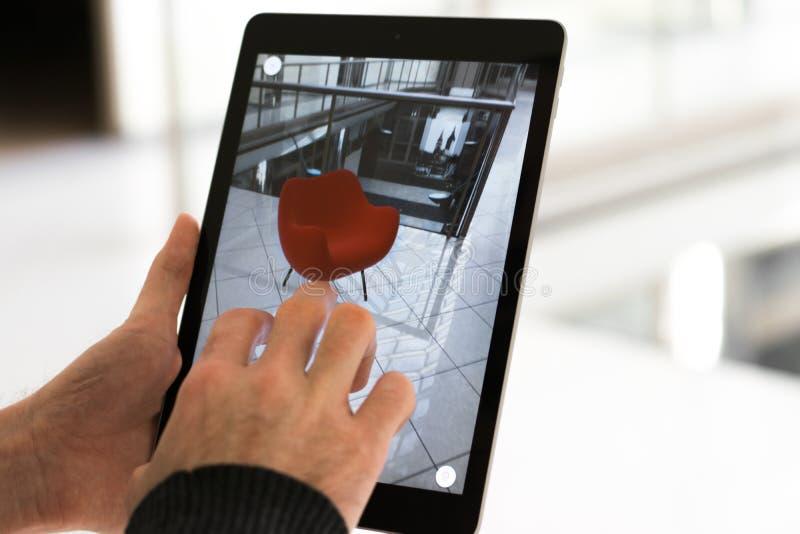 Увеличенное приложение реальности - устанавливать мебель в космосе AR стоковая фотография