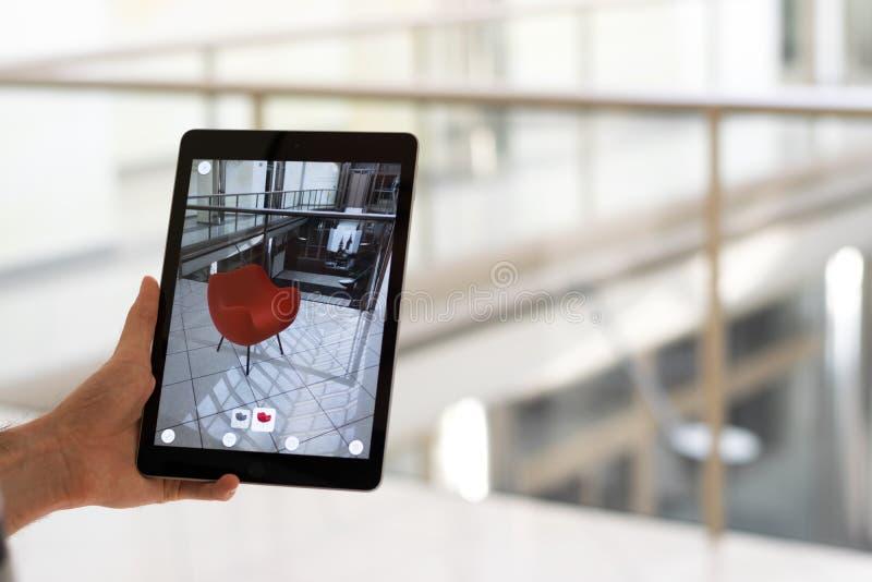 Увеличенное приложение реальности - устанавливать мебель в космосе AR стоковые фотографии rf