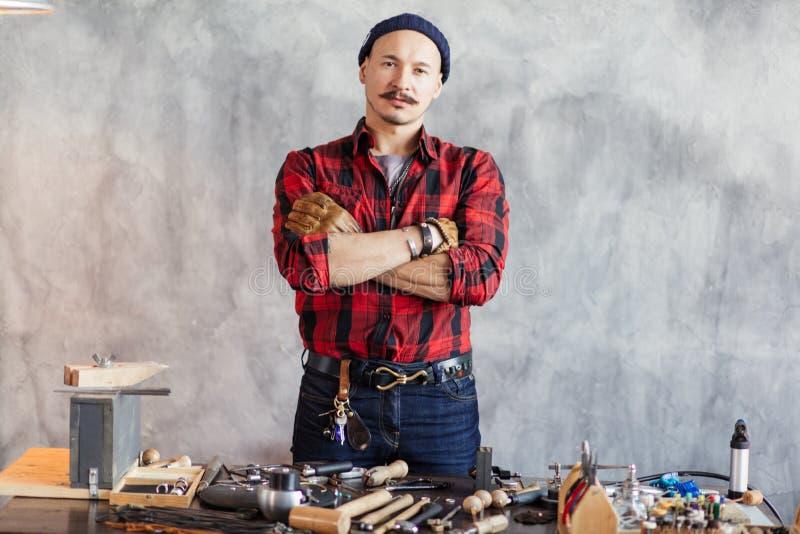 Уверенный мастер с пересеченными оружиями стоя на рабочем месте стоковая фотография rf