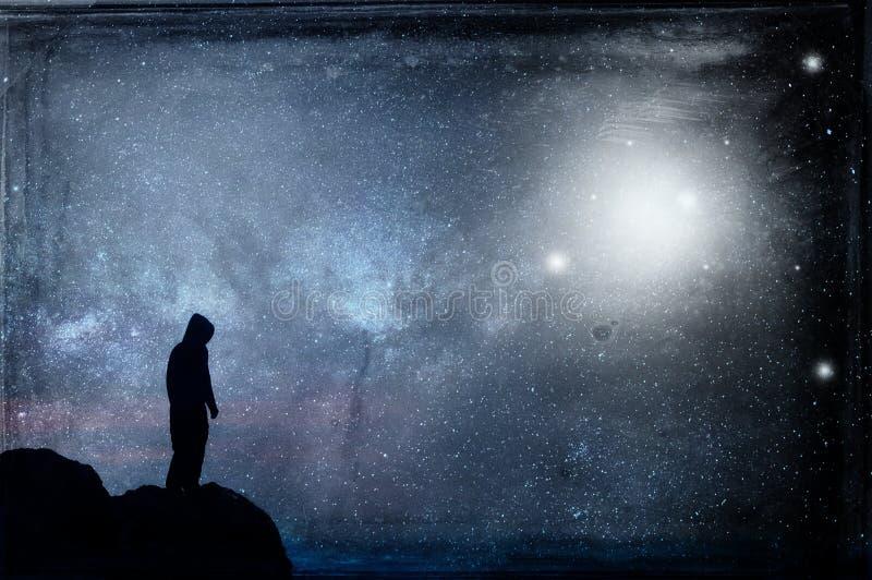 Уединенная с капюшоном диаграмма silhouetted, стоящ на холме смотря галактику вечером с UFOs плавая в небо С grunge, VI стоковая фотография rf