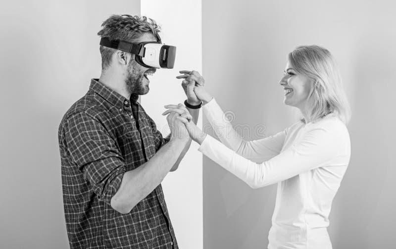 Узнанный как научить, что он станцевал Школа танцев виртуальной реальности Укомплектуйте личным составом стекла vr танцуя с счаст стоковые фотографии rf