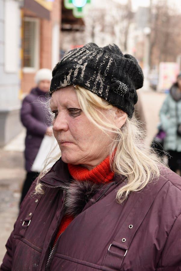 Украина, Shostka - 8-ое марта 2019: Портрет бездомной плохой женщины в улице стоковое фото