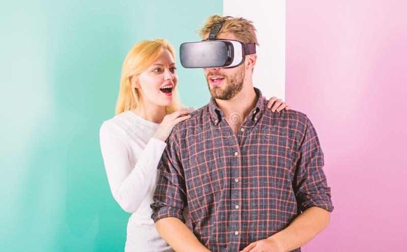 Укомплектуйте личным составом видеоигру VR включили стеклами, который пока попытка девушки для того чтобы проспать он вверх Симпт стоковая фотография