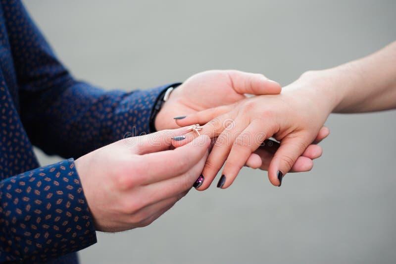 Укомплектуйте личным составом спрашивающ его подругу если она хочет пожениться он стоковое фото