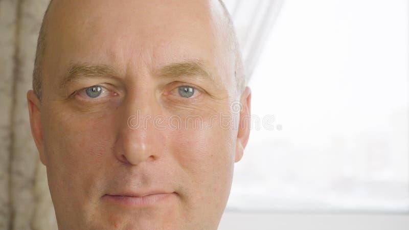 укомплектуйте личным составом старший портрета Близкая поднимающая вверх сторона старшего человека взгляда со счастливым выражени стоковое изображение rf