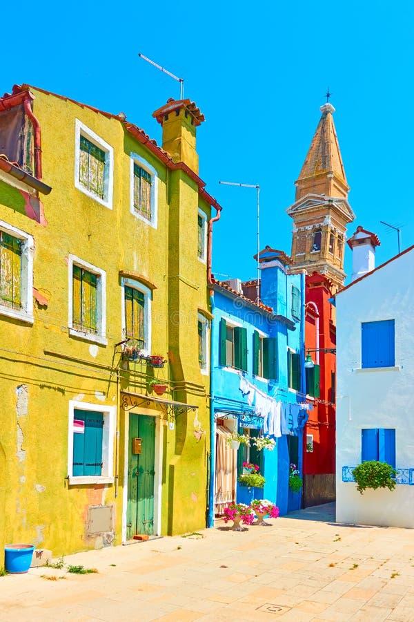 Улица и полагаясь башня в Burano стоковое изображение rf