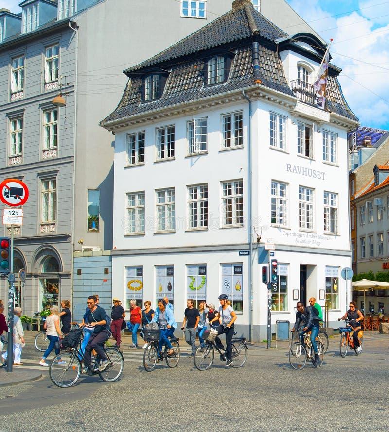 Улица Копенгаген людей идя задействуя стоковое фото
