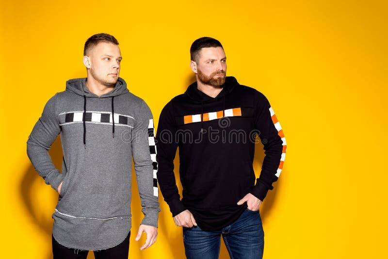 Ультрамодные серьезные люди в стильной одежде стоковая фотография rf