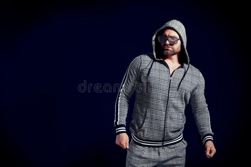 Ультрамодный человек в стильных костюме и солнечных очках спорта стоковая фотография rf