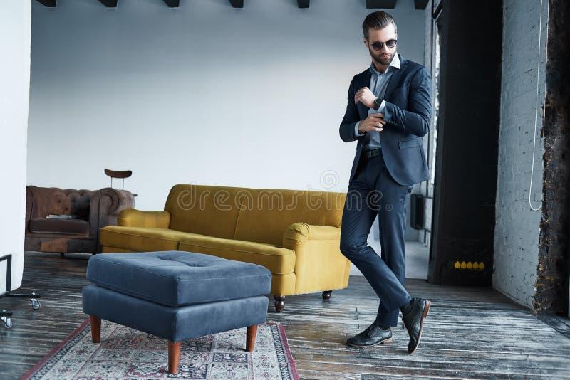 Умный и элегантный полнометражный портрет бородатого красивого серьезного молодого бизнесмена одетого в стильном костюме стоковые изображения rf
