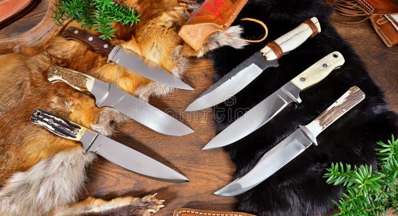 Уникальные охотясь ножи дальше wodden предпосылка стоковые изображения