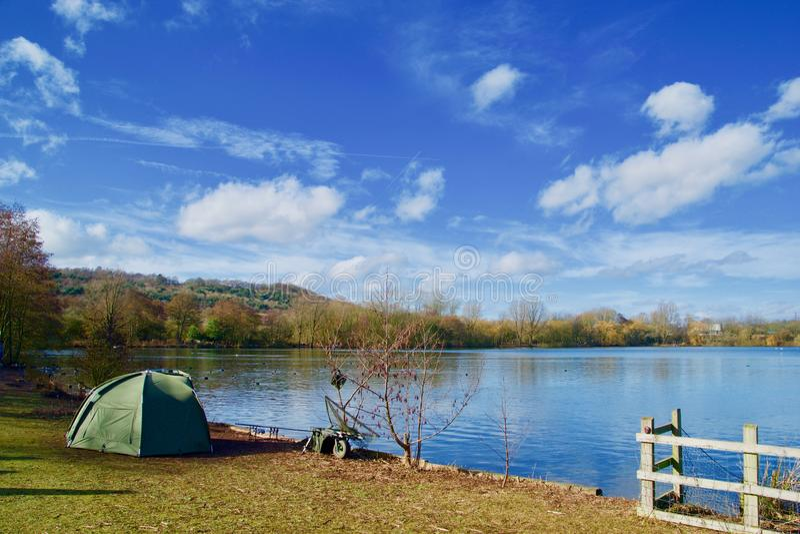 Удить шатер и озеро стоковое фото