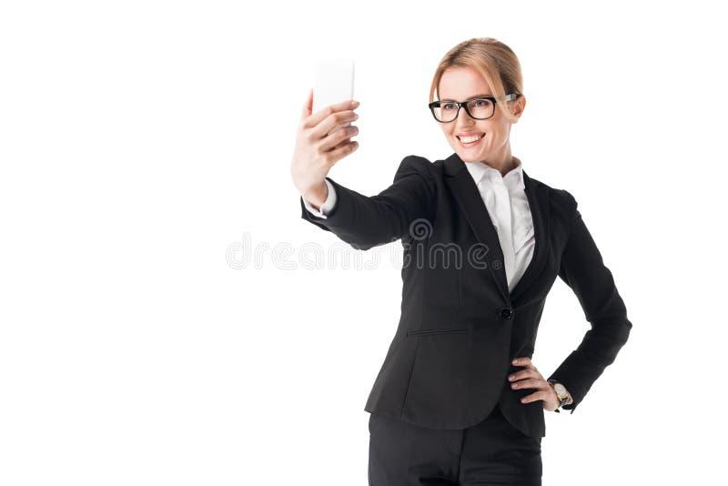Усмехаясь коммерсантка в стеклах принимая selfie стоковые фотографии rf