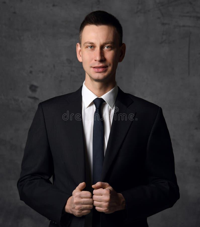 Усмехаться готовый для работы молодого бизнесмена в классическом официальном костюме стоковое изображение rf