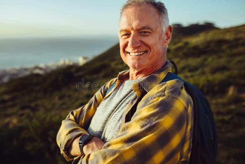 усмехаться портрета человека старший стоковая фотография