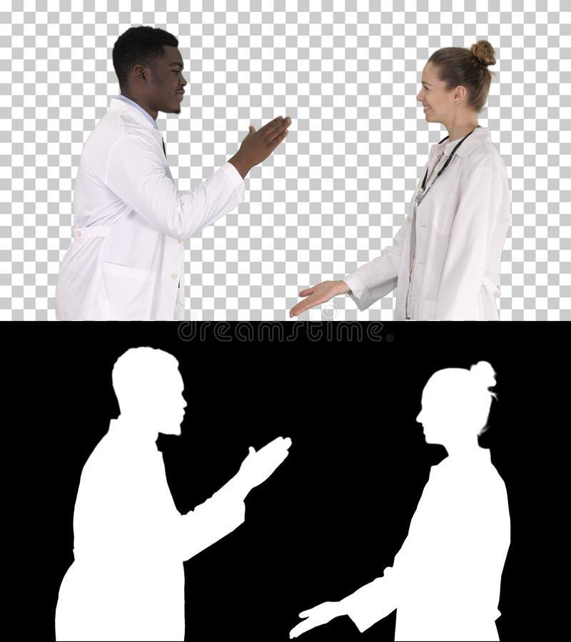Успешная команда хирургов давая высоко 5 и смеяться изолированного на белой предпосылке, канале альфы стоковые фото