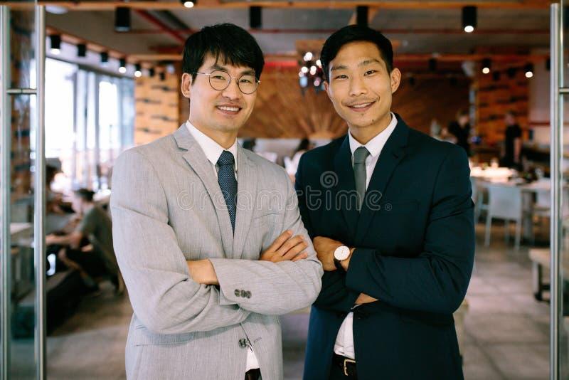 Успешные деловые партнеры стоя совместно стоковые фото