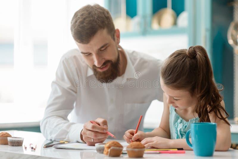 Успешный бизнесмен и его дочь стоковые фото