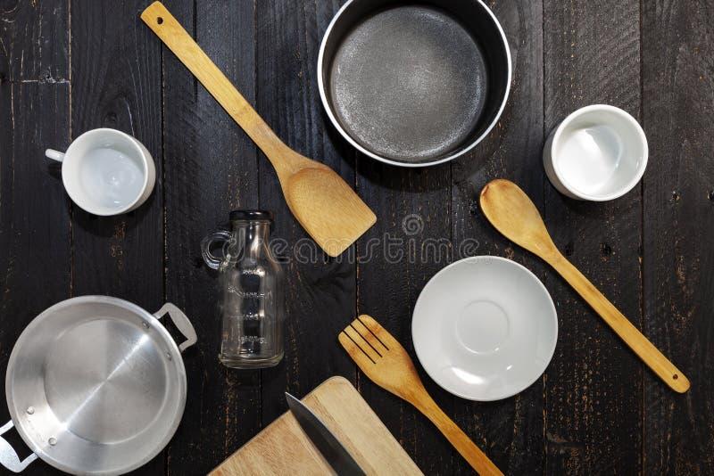 Установите kitchenware на черной деревянной предпосылке стоковая фотография