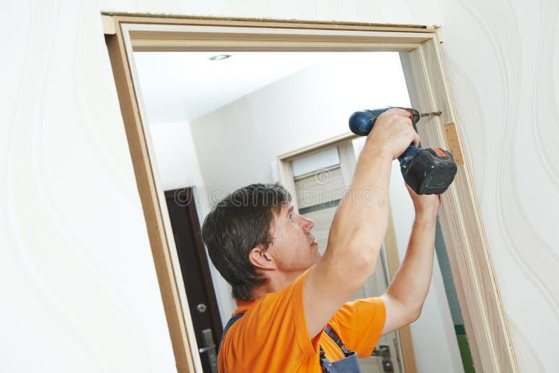 Установка дверной рамы Плотник работает с сверлом стоковые изображения rf