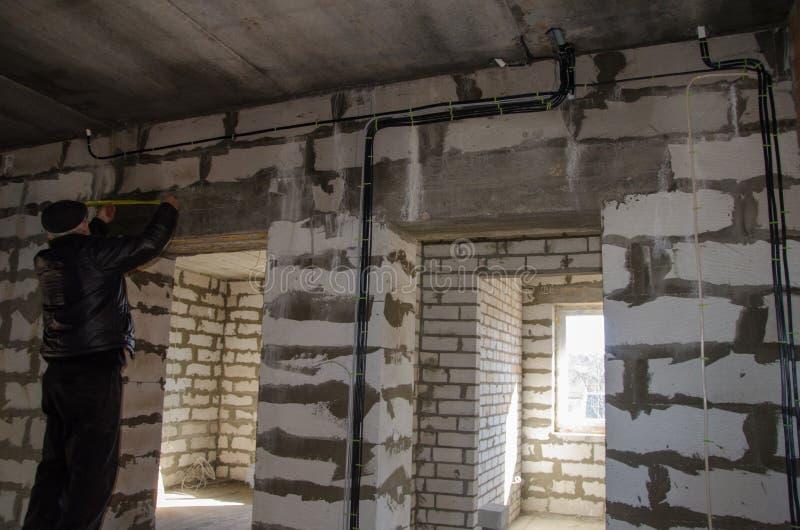 Установка электрической проводки в комнате, начале внутренней работы стоковые изображения rf