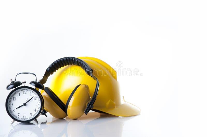 Установленный будильник для того чтобы нести халявы уха безопасности кожаные со шлемом для работника стоковое изображение