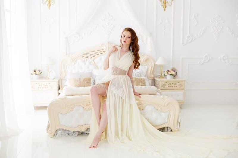 Утро ` s невесты будуара Милая рыжеволосая девушка в ее дне свадьбы стоковые изображения rf
