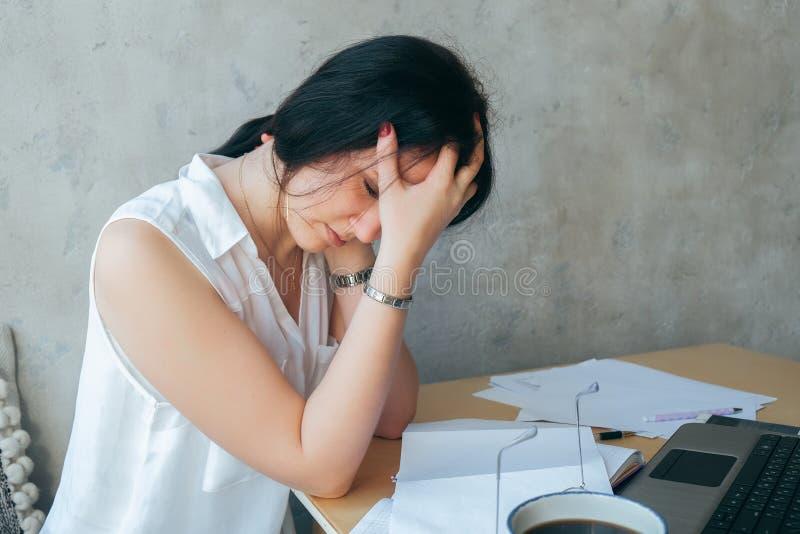 Утомлянная расстроенная молодая коммерсантка страдая от сильных хронических мигрени головной боли или потери памяти на fatigued р стоковое фото rf
