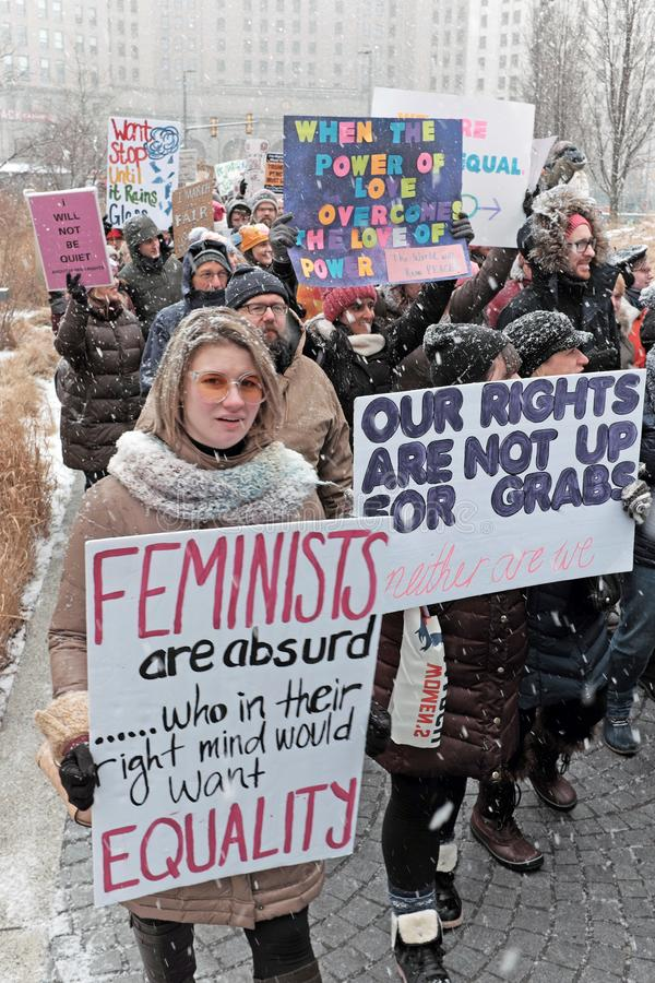 Участники в квадрате ралли в марте 2019 женщин публично в Кливленд, Огайо, США стоковое фото rf