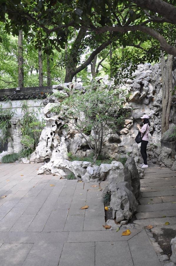 Шанхай, 2-ое может: Ландшафт от известного сада Yu в центре города Шанхая стоковые изображения rf