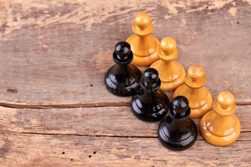 Шахматные фигуры на достигшей возраста древесине стоковое фото rf