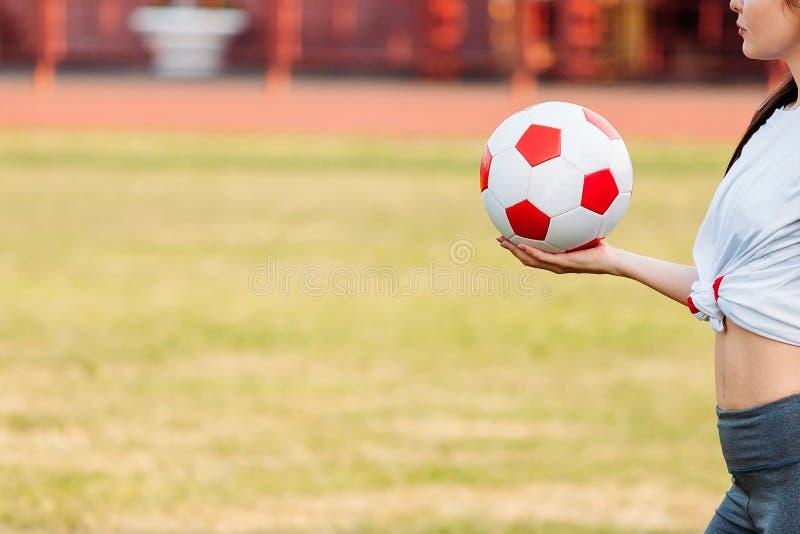 Шарик футбола в руке Конец-вверх скопируйте космос Концепция футбольной игры стоковые изображения