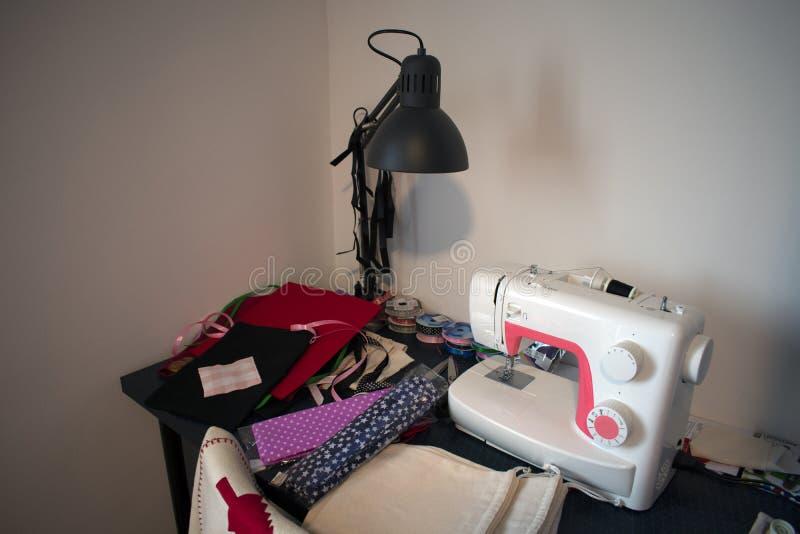 Швейная машина и шить материал стоковое фото rf