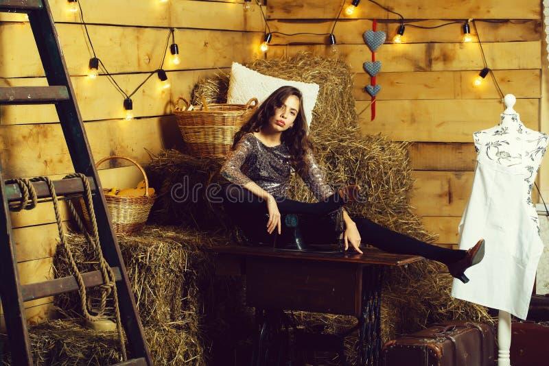 Швейная машина милой девушки близко стоковое изображение rf