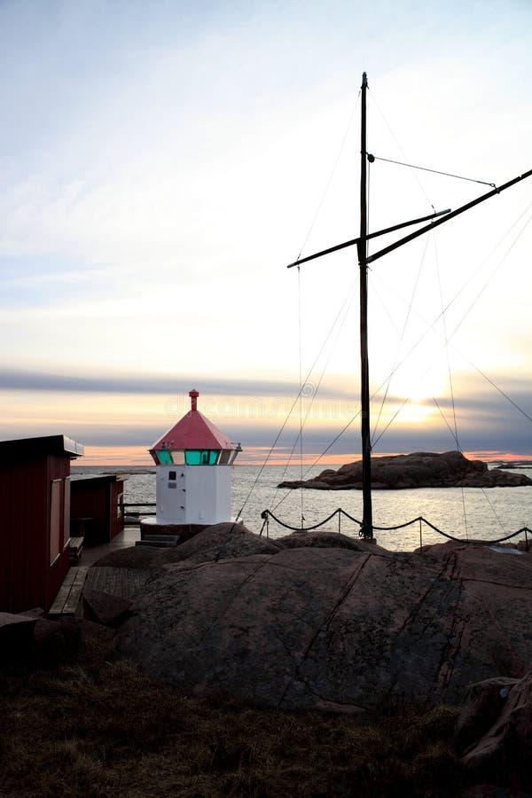 Шведское побережье с небольшим маяком стоковое изображение