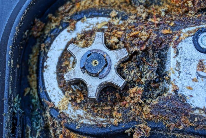 Шестерня серого утюга в грязной опилк в электрическом инструменте стоковые фотографии rf