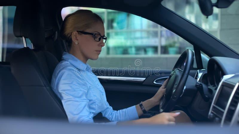 Шестерня уверенной женщины перенося пробуя побежать автомобиль, тест-привод роскошного корабля стоковые фотографии rf