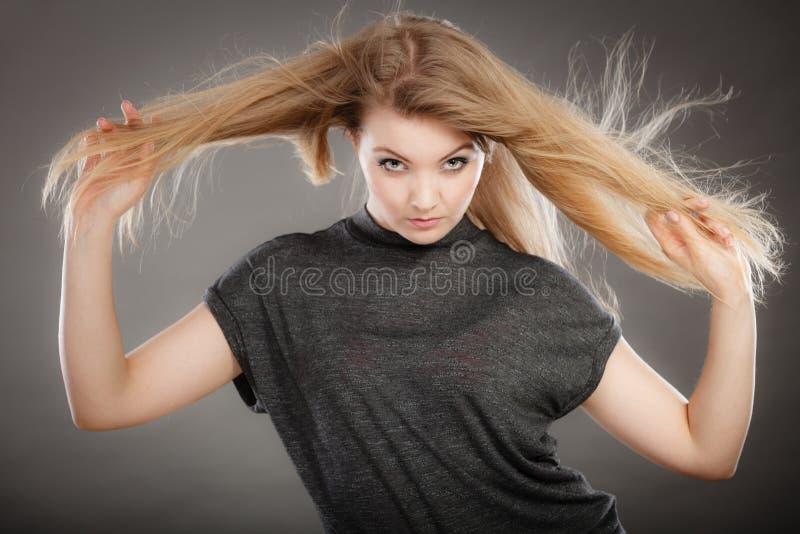Шикарная белокурая женщина с открытыми развевая волосами стоковые фотографии rf