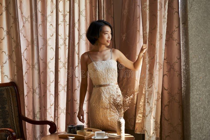 Шикарные занавесы отверстия женщины стоковое изображение rf